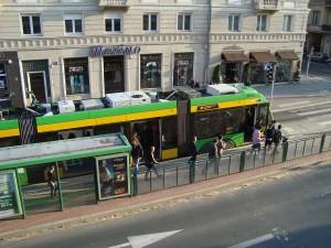 tramwaj na przystanku