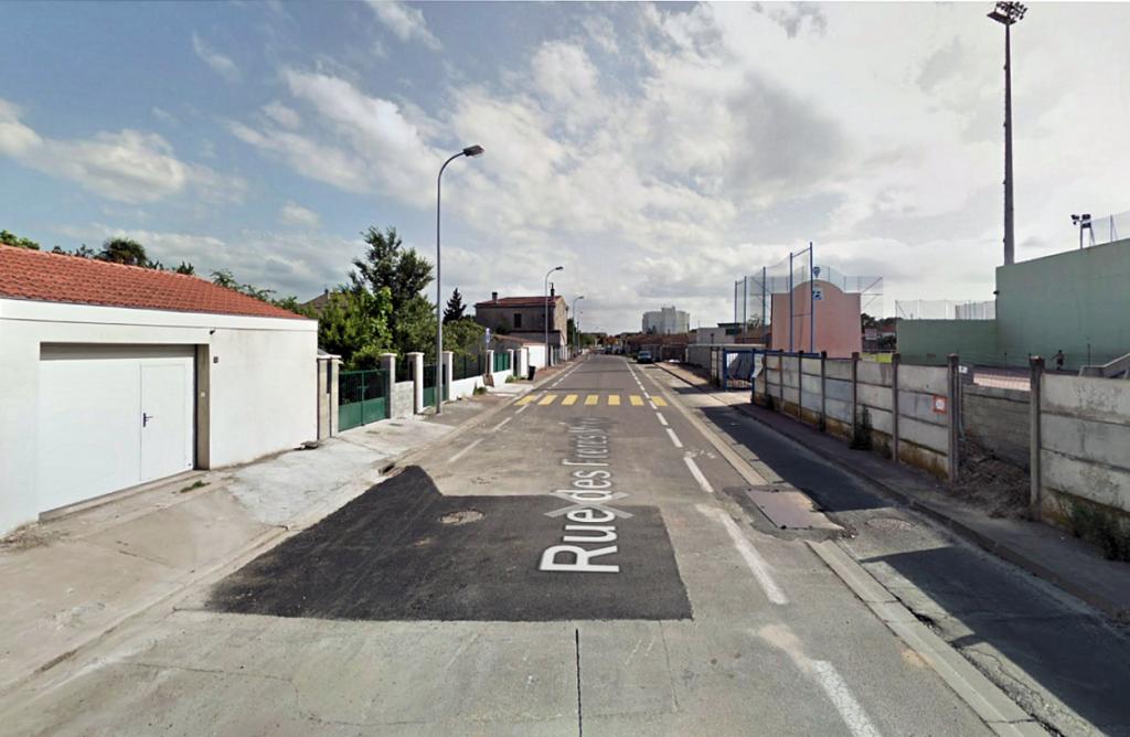 Zdjęcie 1: rue des Frères Moga w 2012 r., zaraz przed budową linii tramwajowej (źródło: Google Street View)