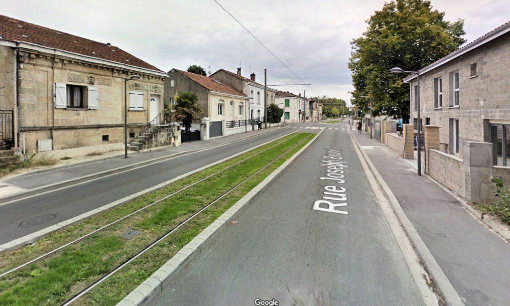 Zdjęcie 3: przykład jednotorowego końcowego odcinka trasy tramwajowej w Bordeaux – północny odcinek linii B (źródło: Google Street View)