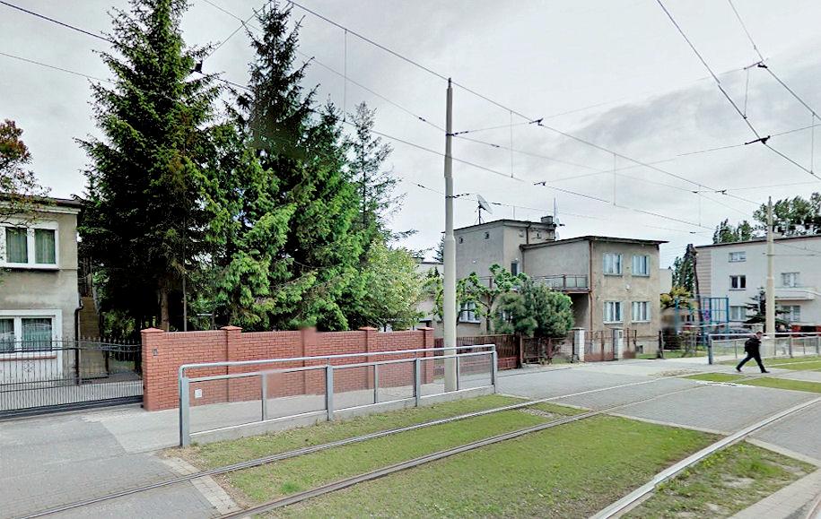 Zdjęcie 5: Ogrodzenie torowiska przy skrzyżowaniu ul. Winogrady z ul. Zagrodniczą (źródło: Google Street View)
