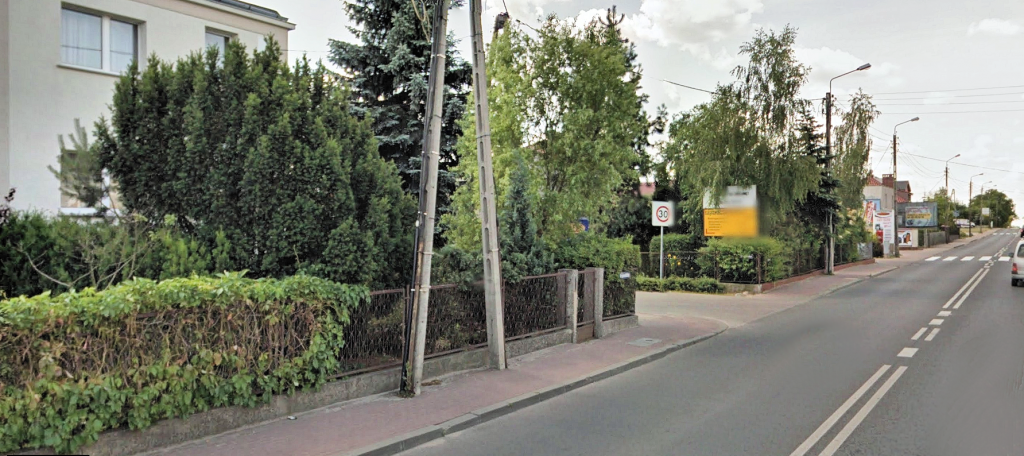 Zdjęcie 6: wąski chodnik (130-140 cm, ze słupami) wzdłuż ul. Grunwaldzkiej między Junikowem a Plewiskami (źródło: Google Street View)